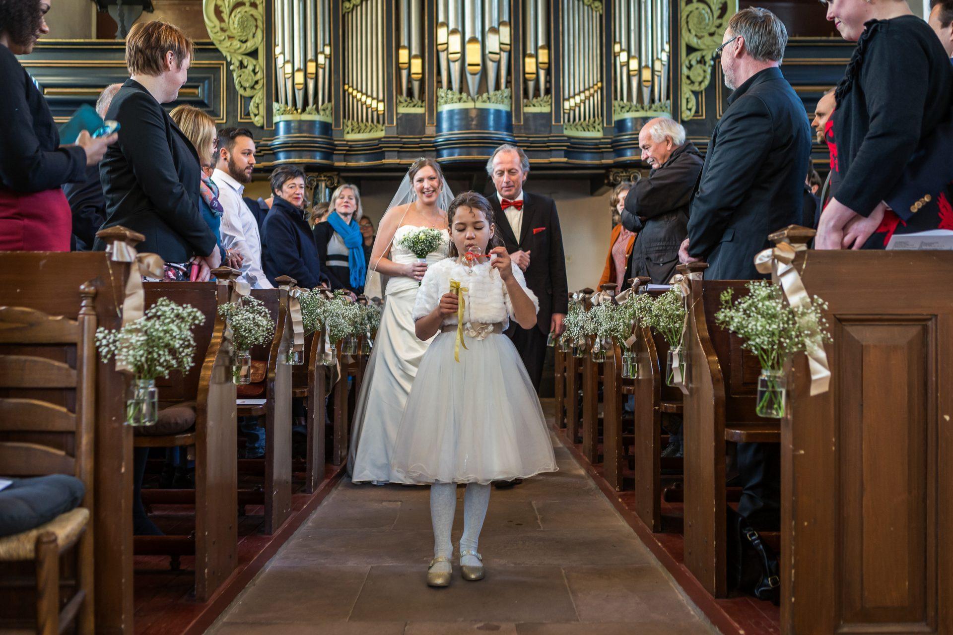 Trouwfotograaf-Bedum-Groningen-2018-KleijenVermistFotografie-KleijenCo-Bruidsfotografie_kleijenvermist_bruidspaar_trouwen_kerk_Noordlaren_bruidspaar_bruidsmeisje_bellenblaas