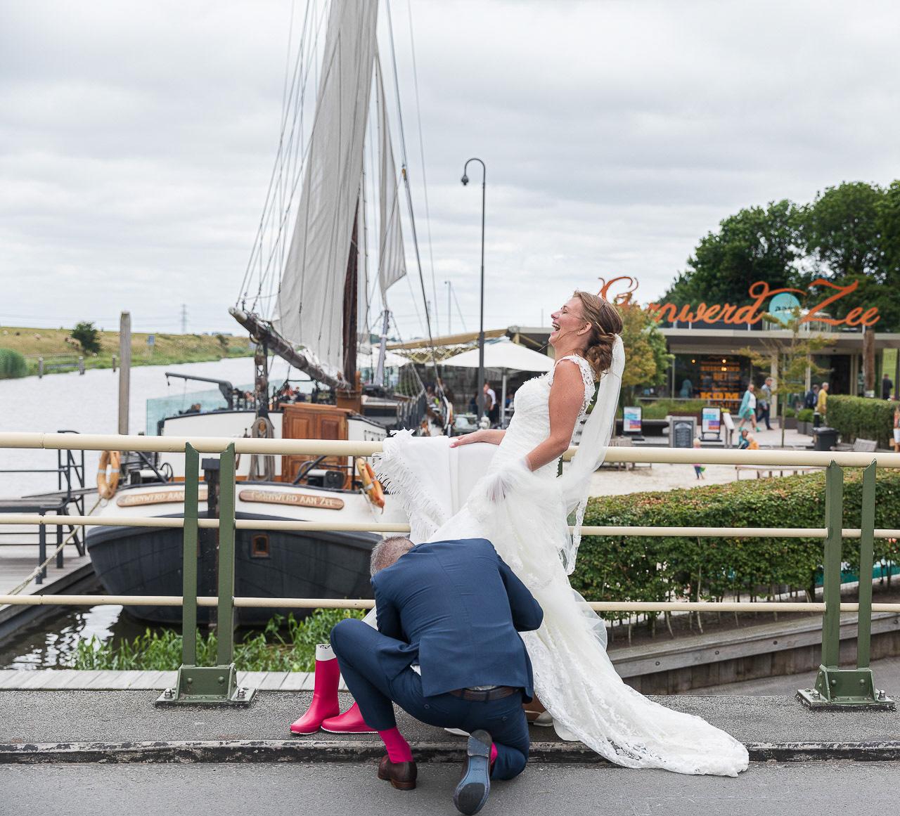 Bruidspaar heeft lol tijdens het maken van de reportagefoto's in Garnwerd.