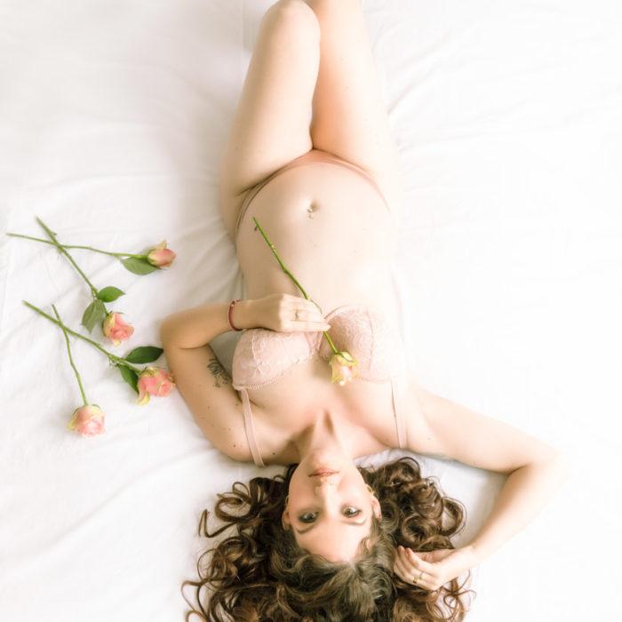 Boudoirfotografie, boudoirshoot, lingerieshoot, zwanger, roos