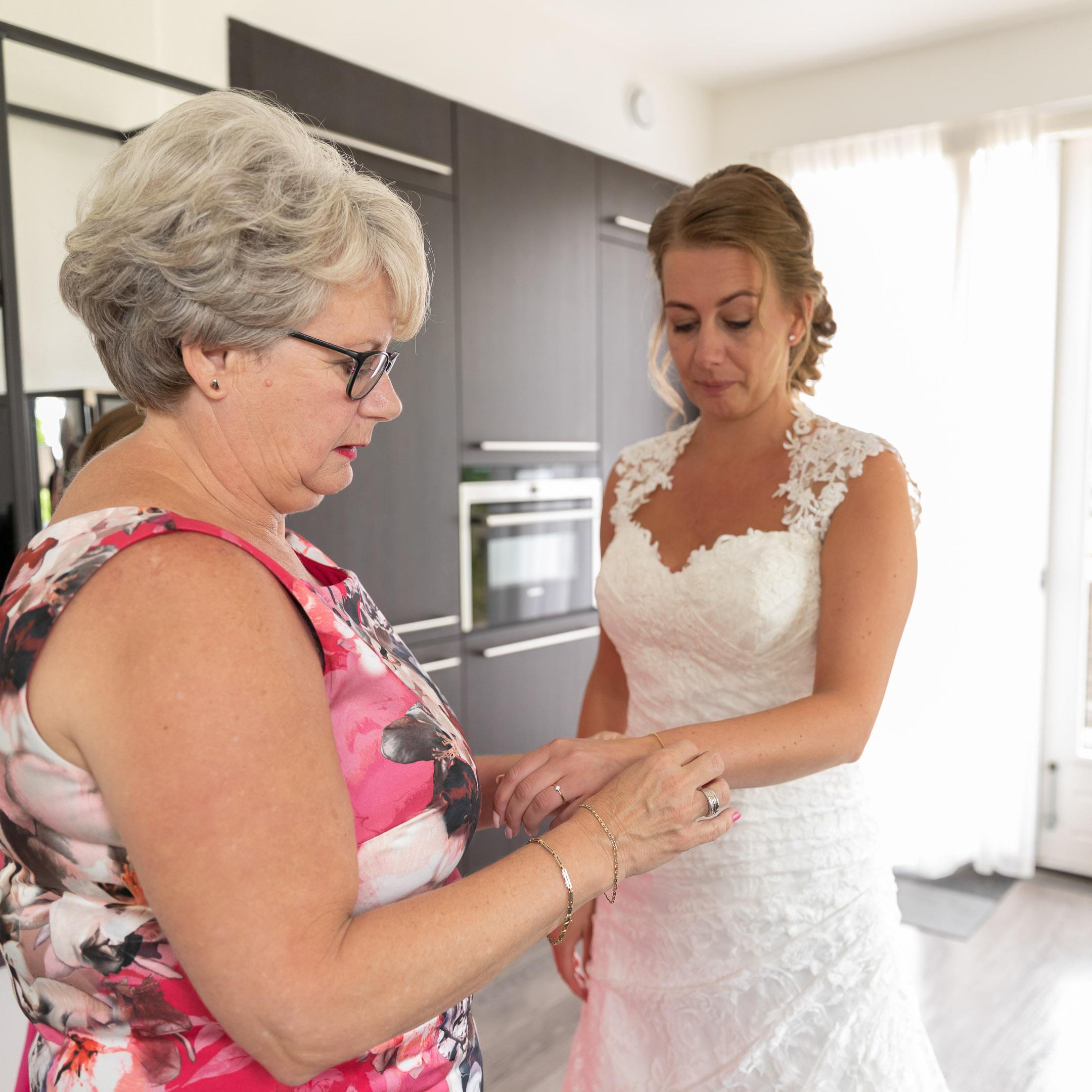 Bruidsfotografie; trouwfotograaf bij emotioneel moment bij bruid en moeder van de bruid.