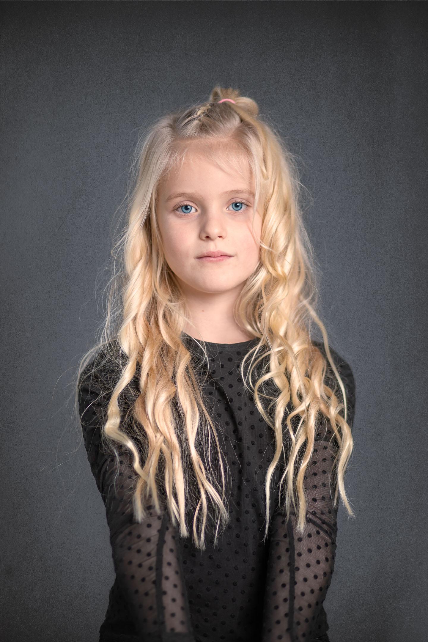 Een studioportret van een jong meisje.