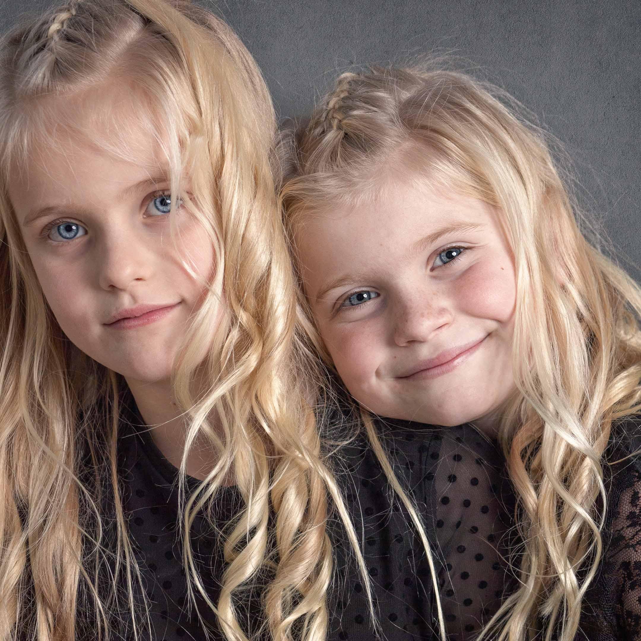 Een studioportret van jonge meisjes-zusjes