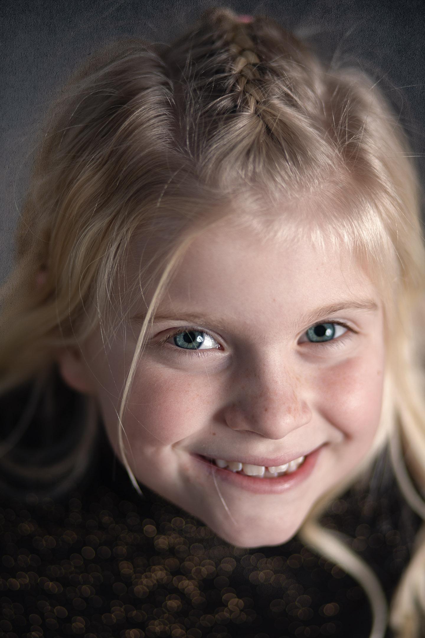Een speels studioportret van een jong meisje.