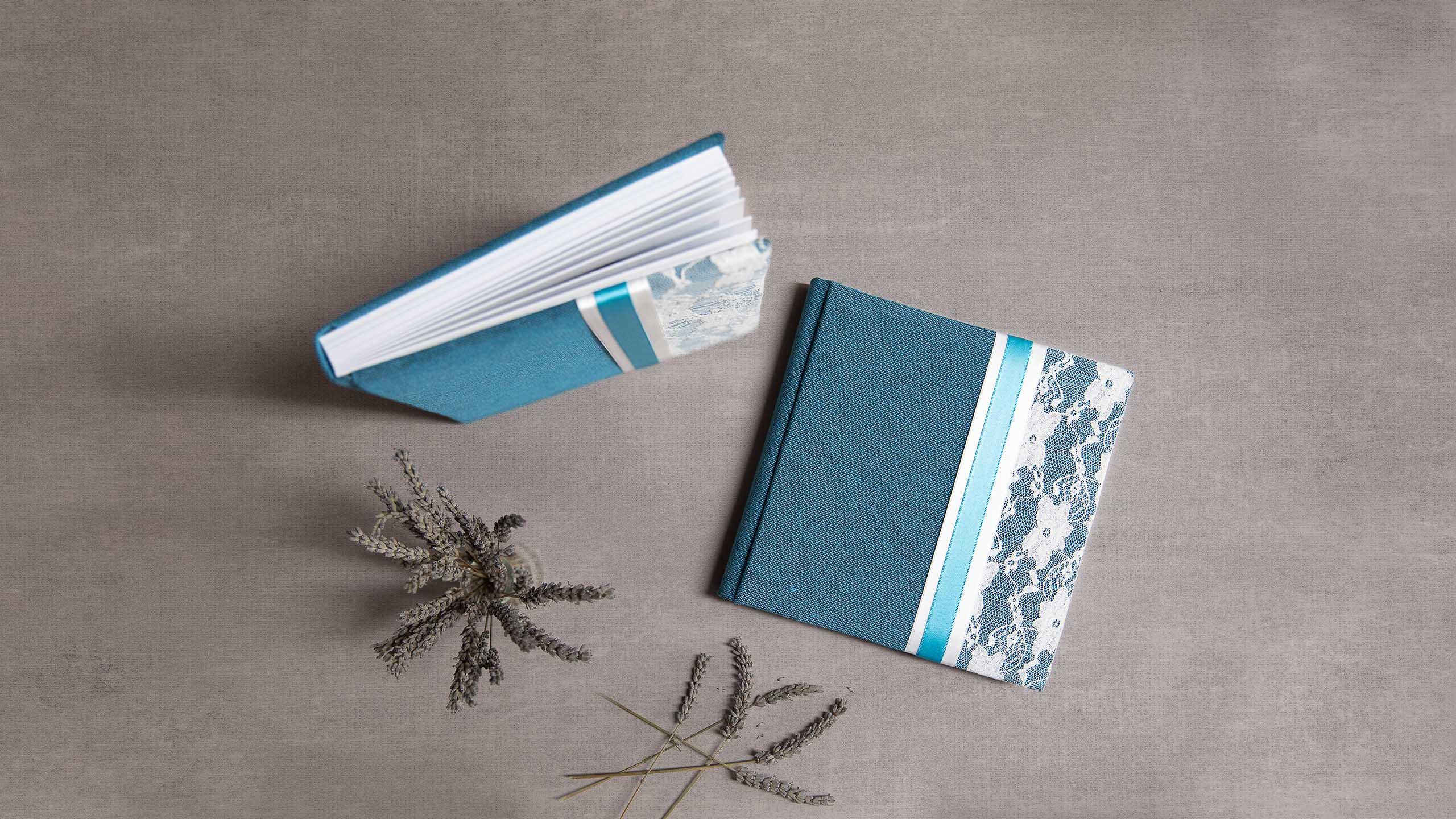 Een met blauwe stof en kant bekleed fotoalbum