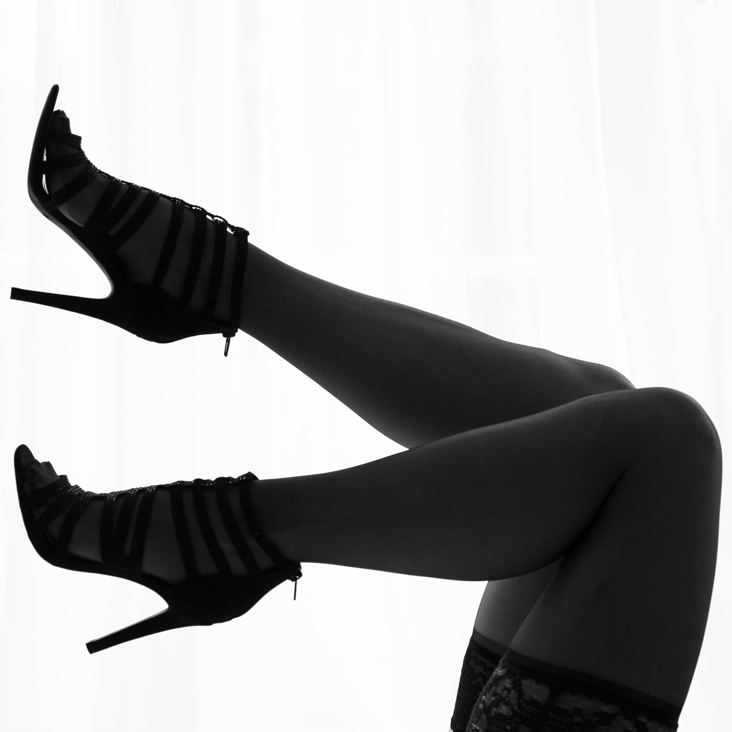 Mooie benen met high heels tijdens een boudoirshoot bij KleijenCo in Groningen